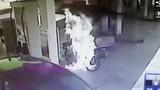 Mô tô bất ngờ bốc cháy dữ dội giữa trạm xăng