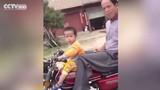 Kinh ngạc bé 2 tuổi lái mô tô vèo vèo trên đường