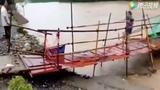 Video: Thoát chết trong gang tấc khi nước lũ cuốn trôi cầu