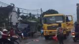 """Video: Chết khiếp người phụ nữ """"ngáo"""" đu bám xe tải"""