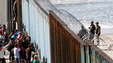 """Cận cảnh đoàn người di cư đầu tiên """"chạm mốc"""" biên giới Mỹ-Mexico"""