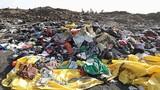 Di vật của nạn nhân máy bay Ethiopia vỡ nát, la liệt trên nền đất