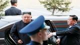 Nhà lãnh Kim Jong-un đưa siêu xe limousine bọc thép về Triều Tiên ra sao?