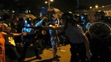 Vì sao người biểu tình tức giận, bao vây đồn cảnh sát Hong Kong?