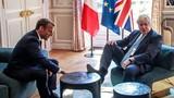 Thủ tướng Anh gây sốc vì gác chân khi gặp Tổng thống Pháp