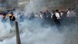 Hong Kong chìm trong bạo lực tuần thứ 24: Súng nổ chát chúa, hơi cay mù mịt