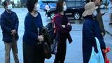 Du khách đeo khẩu trang khi đến tham quan vịnh Hạ Long