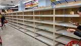 """Cảnh dân Mỹ xếp hàng dài, """"vét sạch"""" siêu thị giữa bão dịch Covid-19"""