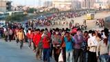 """COVID-19: Ấn Độ đóng cửa đất nước, hàng nghìn lao động """"cuốc bộ"""" về quê"""