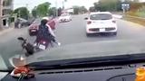 Video: Cô gái đi xe máy vượt ẩu, tông gục bà lão sang đường