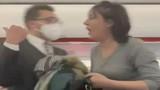 Bị đuổi khỏi máy bay, người phụ nữ phun nước bọt vào hành khách