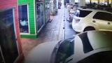 Video: Tài xế đạp nhầm chân ga, ôtô lao vọt vào cửa hàng