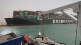 Cận cảnh tàu chở hàng khổng lồ chắn ngang kênh đào Suez