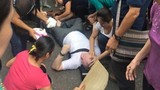 Cảnh người Hà Nội cứu giúp khách Tây bị ngất sốt mạng