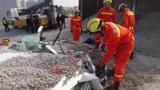 Hãi hùng cảnh xe tải chở 50 tấn sỏi đổ vùi chết 2 người