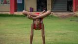 """Ấn Độ: Cậu bé """"người rắn"""" có khả năng uốn dẻo kỳ tài"""