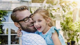 """Nghiên cứu mới: Sinh con gái """"có lãi"""" hơn sinh con trai"""