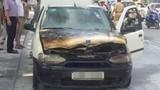 Video Ô tô 4 chỗ bốc cháy dữ dội trên phố Hà Nội