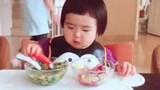 """Ngạc nhiên với khả năng ăn uống """"khủng"""" của bé 2 tuổi"""