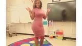 Nữ giáo viên Mỹ gây tranh cãi vì mặc váy quá bó đi dạy