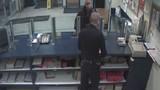 Trai trẻ thách thức, nhổ nước bọt vào mặt cảnh sát