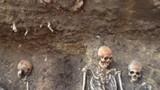 Phát hiện khoảng 15 bộ xương người trên đường phố