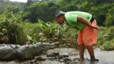 Nam thanh niên lấy mồm mớm thức ăn cho cá sấu