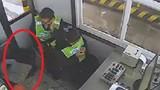 Nhân viên trạm thu phí bất ngờ bị rơi xuống hố tử thần