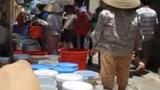 Chen chân mua nước sạch giá cắt cổ giữa Thủ đô