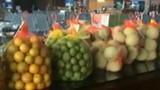 Bóc mẽ hoa quả đặc sản ở sân bay Nội Bài