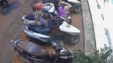 Nữ quái dàn cảnh móc trộm túi xách trong cốp xe máy
