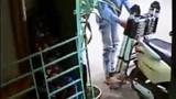 Tên trộm kỳ quặc chỉ lấy thang, không thèm xe máy