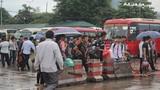 Hàng nghìn người đội mưa rời Thủ đô về quê nghỉ lễ