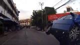 Ô tô đâm nhau, lật chổng vó trên đường