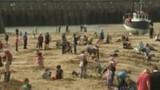Kéo nhau đến bãi biển tìm... kho vàng
