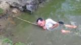 Dùng điện đánh cá bị giật suýt chết