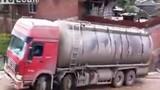 Clip xe tải lật nhào khi qua dốc trơn