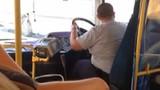 Tài xế xe buýt nhấc vô lăng ra khỏi tay lái