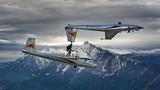 """Ấn tượng phi công """"phi"""" tàu lượn trên lưng máy bay"""