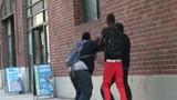 Trai trẻ ăn đập vì giả vờ móc túi
