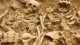 Hai bộ xương nắm tay nhau suốt 700 năm dưới mộ