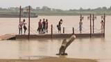 Người Hà Nội ra sông Hồng tạo điểm vui chơi