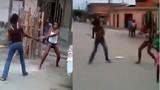 Kinh hoàng gái trẻ cầm dao chém nhau giữa phố