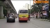 """Xe buýt chạy như """"ma đuổi"""" trên đường Hà Nội"""
