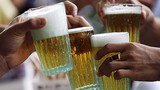 """Cảnh tượng người Việt bia rượu tẹt ga... """"tám"""" trên báo Tây"""