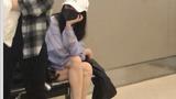 Dương Mịch bị bắt gặp ngồi 1 góc ở sân bay với bộ dạng kiệt sức