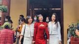 Chi Pu bị chỉ trích khi đi chùa đầu năm mới nhưng lại diện váy ngắn