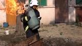 Dân mạng cảm phục lính cứu hỏa ôm bình gas bốc cháy