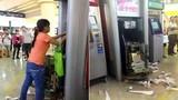Quý cô đập phá máy ATM vì bị nuốt thẻ gây sốc