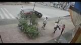 Phẫn nộ với nhóm thanh niên vây đánh người phụ nữ giữa phố
